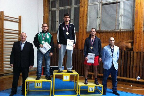 Marcinek na stupňoch pre víťazov.