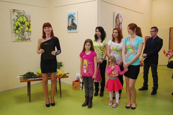 Okrem svojich obrazov predstavila aj jarnú tvorbu na tričkách.