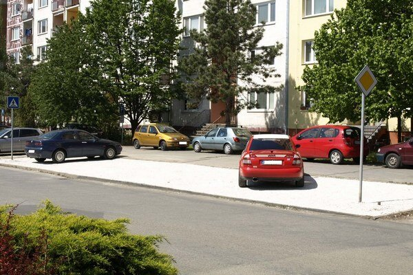 Plocha vyložená makadamom, ktorá podľa mesta nemá slúžiť ako parkovisko.