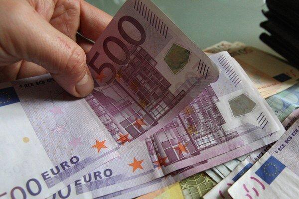 Dôchodkyňa dala neznámej žene 12 000 eur.