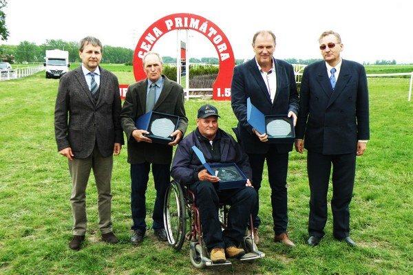 Ocenení lídri šurianskeho jazdeckého športu bratia Ján a Karol Cagáňovci (druhý a tretí zľava).