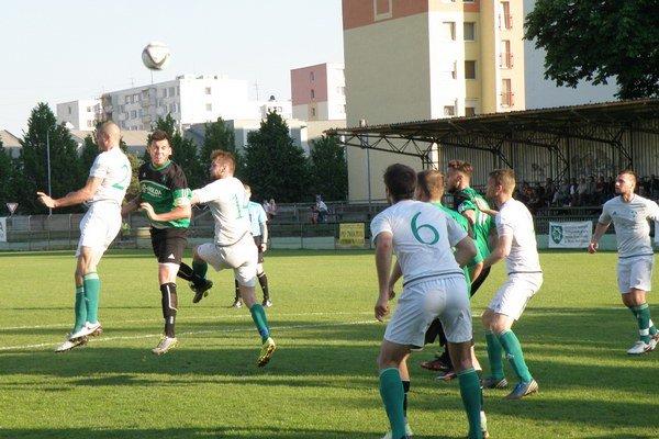 Táto hlavička kapitána FKM Róberta Ešeke gólom neskončila. Zo zápasu FKM - V. Meder 1:1.