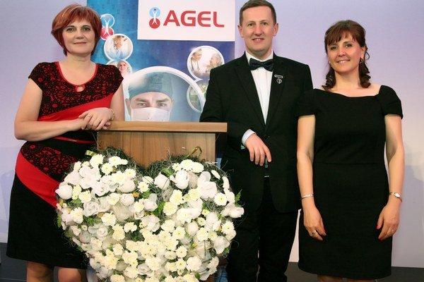 Zľava ocenená Alžbeta Szabóová, riaditeľ kancelárie SKSaPA Milan Laurinc a ocenená Eleonóra Mészáros.