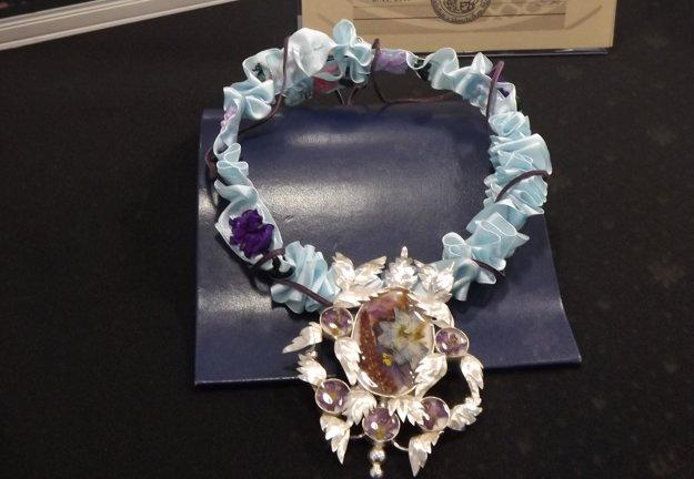 Druhé miesto získala Katka Víznerová so šperkom so sušenými kvetmi.