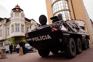 Polícia nasadila v centre Žiliny ťažkú policajnú techniku.