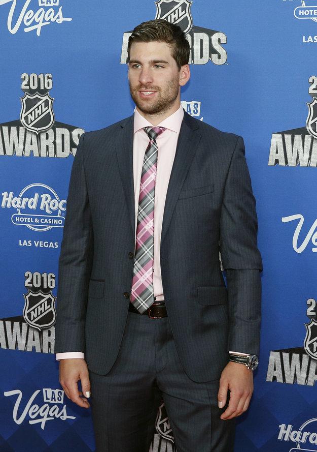John Tavares pózuje pri príležitosti odovzdávania ocenení za sezónu 2015/2016 v NHL.