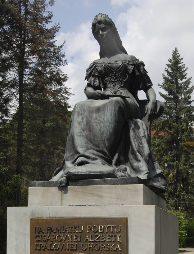 Socha Sisi, cisárovnej Alžbety a manželky Františka Jozefa I. dostala v soche kata na námestí Bardejova konkurenciu.