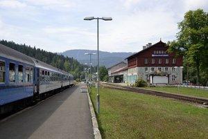 Budova stanice Bayerisch Eisenstein a Železná Ruda-Alžbětín stojí priamo na hranici dvoch krajín.