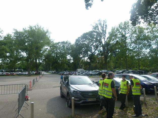 V pozadí druhá časť parkoviska pre fanúšikov hostí - štyri hodiny pred výkopom.