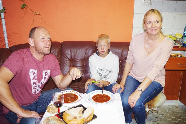 Kajo do niesol z krajiny niečo naozaj exotické. Na fotografii s manželkou a synom.