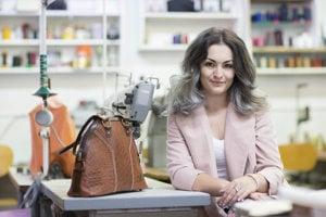Mladá Slovenka Dajana Rodriguez ešte študuje, no už sa naplno venuje navrhovaniu a výrobe ručne šitých kožených kabeliek.