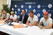 Miroslav Šatan (v strede) v obkľúčení hráčov, ktorí sa predstavia na Svetovom pohári vo výbere Európy.