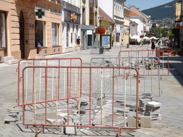 S opravou dlažby začali v smere od bývalej Tatry k námestiu.
