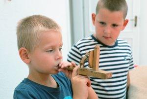 Deti si dômyselné drevené hračky môžu aj vyskúšať.