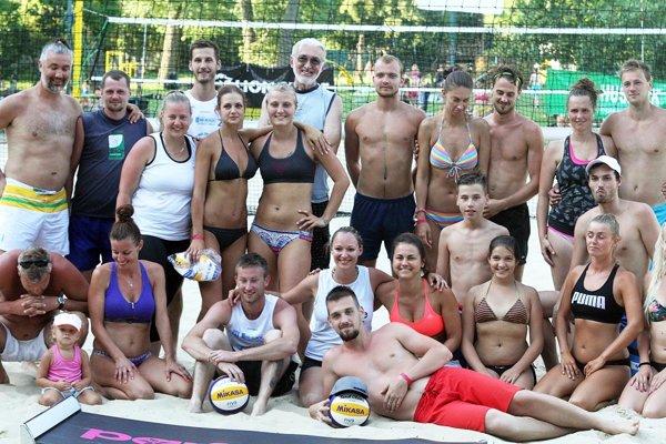 Spoločná fotka časti účastníkov, ktorí vydržali až do konca turnaja.
