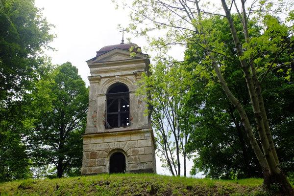 Zvonica na cintoríne roky chátra.