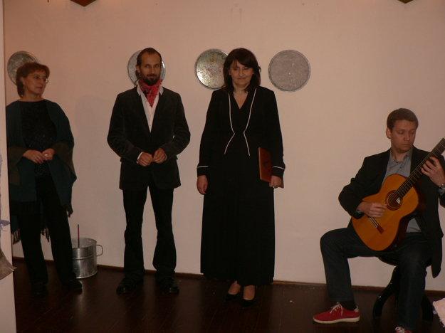 Vernisáž Intone - zľava dramaturgička festivalu Alena Čierna, autor Martin Kratochvil, kurátorka Adriana Récka, o hudobný program sa postaral gitarista Karol Kompas.