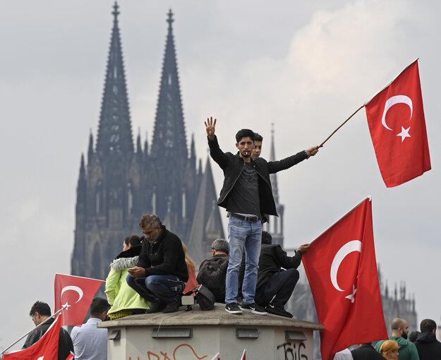 Turci so zástavami počas demonštrácie na podporu tureckého prezidenta Recepa Tayyipa Erdogana v Kolíne nad Rýnom.