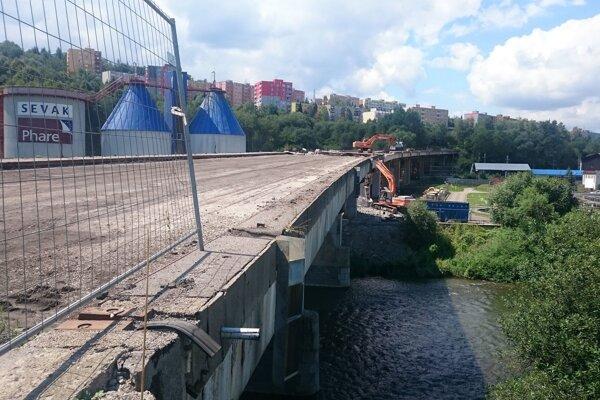 """Starý most pozostával z približne jedenásťtisíc ton betónu. Firma, ktorá má na starosti demoláciu, by mu  definitívne """"zbohom"""" mohla vysloviť za ani nie 70 dní."""
