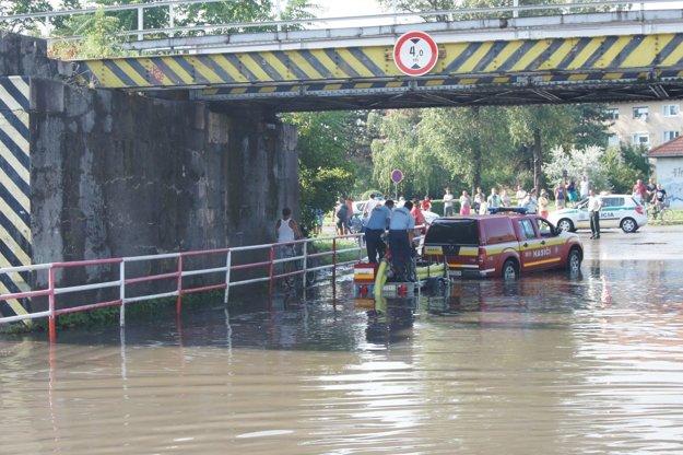 Zatopený železničný podjazd po silnom prívalovom daždi