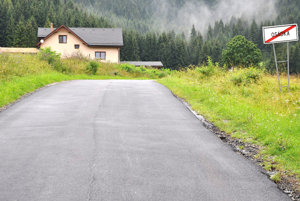 Niektorí vodiči aj cyklisti si opravenú cestu mýlia spretekárskou dráhou.