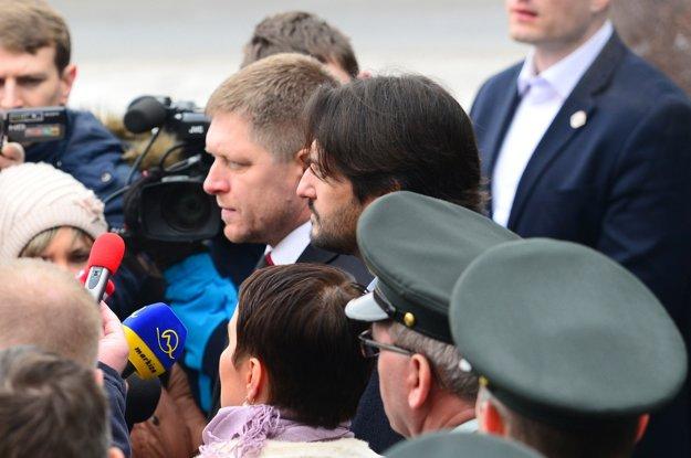 Povzbudiť policajtov v ich práci bolo podľa premiéra Roberta Fica cieľom jeho návštevy na obvodnom policajnom oddelení v Moldave nad Bodvou vo februári 2014. Na snímke predseda vlády SR Robert Fico a minister vnútra SR Robert Kaliňák.