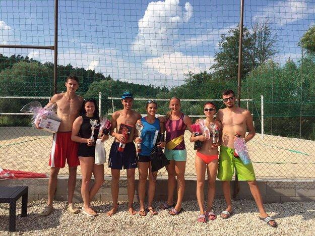 Najlepšie beach volejbalové dvojice spolu s jednou z organizátoriek J. Tužinskou