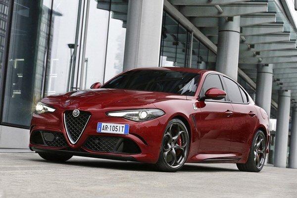 """Alfa Romeo Giulia v špičkovej verzii Quadrifoglio Verde. Na pohon verzie """"zelený štvorlístok"""" slúži 2,9-litrový prepĺňaný vidlicový šesťvalec, vyrábaný firmou Ferrari a vyvíjajúci výkon 375 kW."""