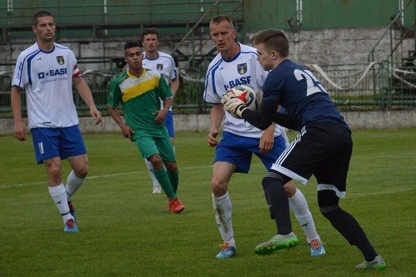 Brankár V. Revíšť V. Holienčin (s loptou) zneškodnil penaltu.