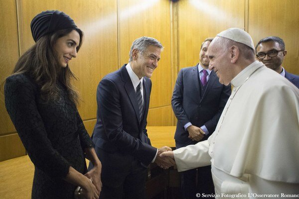 Clooney s manželkou. Hercov sponzorov odmenili za to, že prispeli na bohumilú konferenciu.