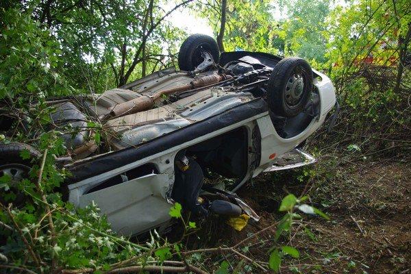 Auto preletelo cez zvodidlá do lesa, zostalo prevrátené na streche.