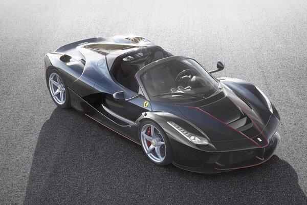 Otvorená verzia modelu Ferrari LaFerrari. Na pohon nového modelu slúži kombinácia dvanásťvalcového 6,3-litrového benzínového motora výkonu 588 kW a elektromotora výkonu 120 kW.