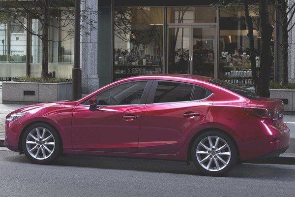 Modernizovaná Mazda3 ako sedan. Mazda3 modelového roku 2017 sa vyznačuje pozmenenou prednou časťou, novým zadným nárazníkom a novými prvkami výbavy.