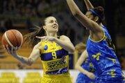 Zľava: Barbora Bálintová z Košíc a Nadia Parker z Piešťan v prvom finálovom zápase play-off basketbalovej extraligy žien medzi Good Angels Košice - Piešťanské Čajky.