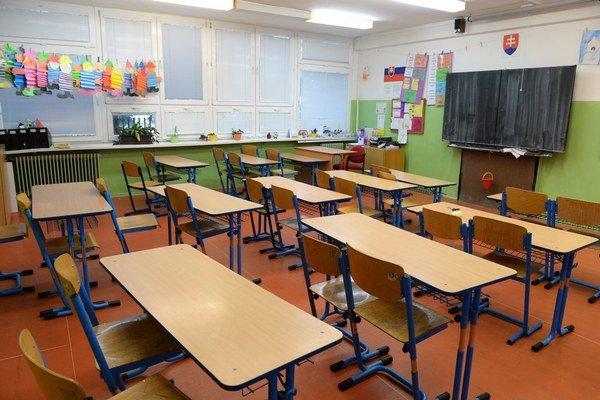 Základná škola Jozefa Urbana v Košiciach sa zapojila do neobmedzeného ostrého štrajku, ale vyučovanie prebieha pre žiakov prvého ročníka. Na snímke prázdna trieda vyššieho ročníka v škole.