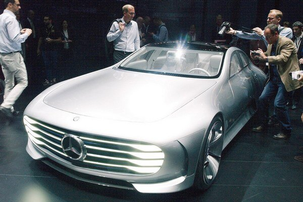 Štúdiu Concept IAA obliehali novinári. Na pohon štúdie slúži hybridný hnací systém (benzínový motor a elektromotor) s maximálnym celkovým výkonom 205 kW.