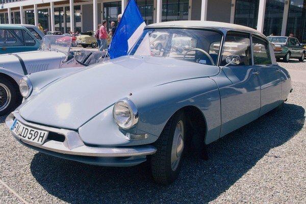 """Originálne tvarovaný Citroën DS. """"Bohyňa"""" priniesla rad technologických noviniek, z ktorých najvýznamnejšou bolo hydropneumatické pruženie."""