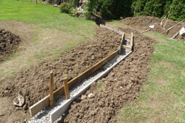 Pri rodinnom dome v Hradci musel Igor Čičmanec vybudovať odvodňovací kanál.