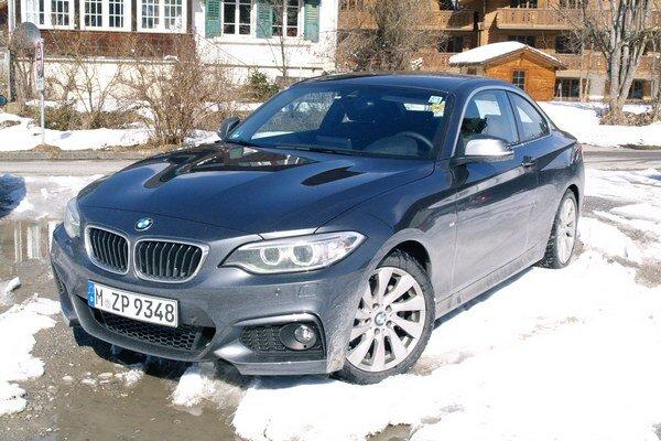 """Športové kupé BMW 220d. Kupé spolu s kabrioletom tvoria prvé modely radu 2, ktorý je technicky """"spriaznený"""" s modelovým radom 1."""