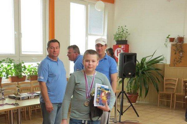 Max Krempaský. Vzadu vľavo S. Žoldák.