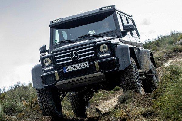 Nový model Mercedes-Benz G 500 4×4². Nový superterénny mercedes má svetlú výšku podvozku 450 mm a prebrodí aj vodné toky, hlboké až jeden meter.