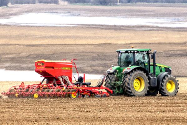 Jarné práce sú v niektorých regiónoch ovplyvnené premočenou pôdou. Pre hornú Nitru to neplatí.