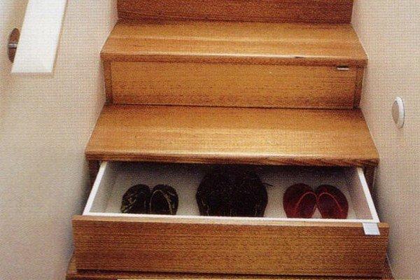 Šikovný majster dokáže aj schodisko prerobiť tak, aby sa z neho dali vytiahnuť zásuvky ideálne na odkladanie obuvi.