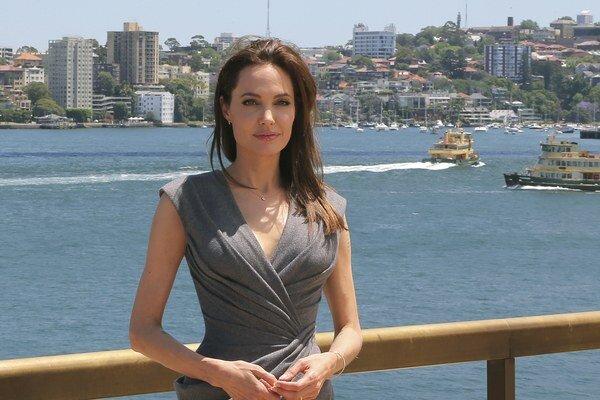 Krásna režisérka. Angelina má radšej prácu za kamerou a svoju rodinu - Brada a 6 detí.