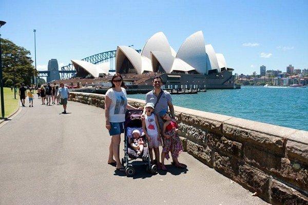 Pomajbovci na výlete. Roman vzal do Austrálie všetky svoje ženy.