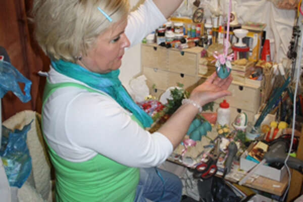 Krasličiarka Mária Borková pri práci na bojnickom zámku.