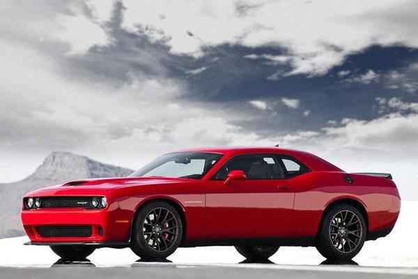 """Kupé Dodge Challenger SRT model 2015. Challenger SRT patrí do kategórie, ktorá v USA dostala označenie """"muscle cars"""", čiže čosi ako svalnaté autá."""