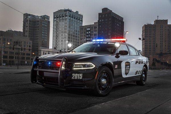 """Dodge Charger Pursuit pre políciu. Policajný Charger Pursuit má vpredu mohutný rám, slúžiaci na odtláčanie """"nepohodlných"""" vozidiel."""