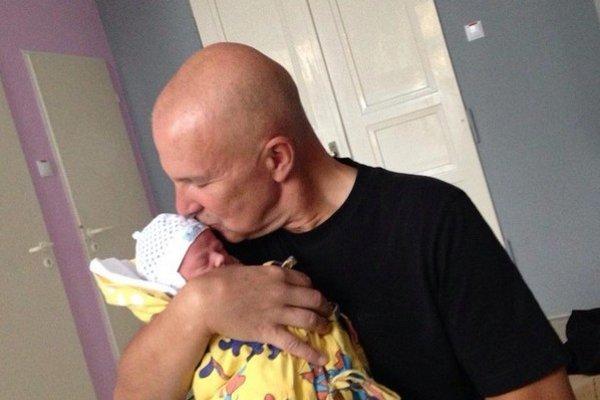 Šťastný otec. K Rebeke pribudol Ondrej junior.