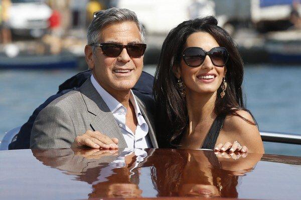 Žiaria šťastím. George a Amal sú zaľúbení po uši.